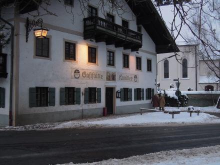 Gasthaus bei Dämmerung im Winter; © EbSp